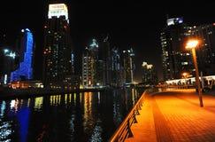 Nacht in Dubai lizenzfreie stockbilder