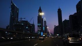 Nacht Dubai, die Ansicht vom Auto, das durch die Hauptdurchgangsstraße der Stadt fährt stock footage