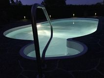 Nacht durch das Pool lizenzfreies stockfoto