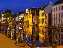 Nacht Europese cityscape en riverview met twee bycicles in Stock Fotografie
