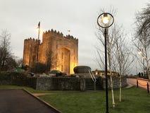 Nacht fällt auf Bunratty-Schloss Lizenzfreie Stockfotos