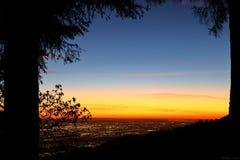Nacht fällt auf San Bernardino County stockfotografie