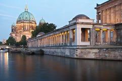 nacht för berlin berliner dom-museumsinsel Arkivfoton