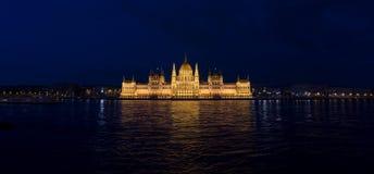 Nacht geschossen vom Parlament von Budapest lizenzfreies stockfoto
