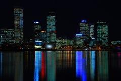 Nacht geschossen von der Perth-Stadt lizenzfreie stockfotos