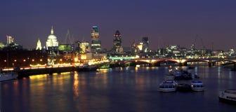 Nacht geschossenes Schauen über der Themse Stockbild