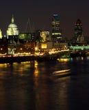 Nacht geschossenes Schauen über der Themse Lizenzfreies Stockbild