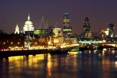 Nacht geschossenes Schauen über der Themse Lizenzfreie Stockbilder