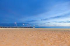 Nacht geschotene pijler op strand Royalty-vrije Stock Afbeelding