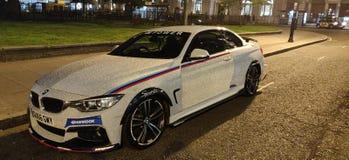 Nacht Glanzende Auto royalty-vrije stock afbeeldingen