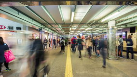 Nacht helles Hong Kong drängte Zeitspanneporzellan des Panoramas 4k der U-Bahn gehendes stock footage