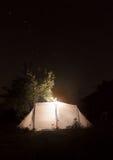 Nacht het kamperen tent op de donkere achtergrond van de hemelster. Ursa Major Royalty-vrije Stock Foto