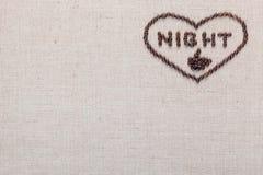 Nacht im Herzzeichen von den Kaffeebohnen, die auf linea Beschaffenheit lokalisiert wurden, richtete äußerste Rechte aus lizenzfreie stockbilder