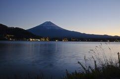 Nacht Kawaguchiko lizenzfreie stockbilder