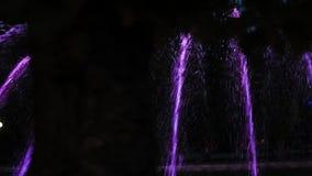 Nacht kleurrijke fontein met lichteffect in de toevluchtstad Ternopil, de Oekra?ne stock footage