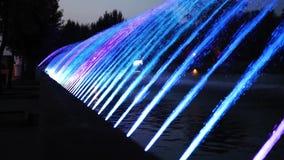 Nacht kleurrijke fontein met lichteffect in de toevluchtstad Ternopil, de Oekra?ne stock videobeelden