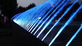 Nacht kleurrijke fontein met lichteffect in de toevluchtstad Ternopil, de Oekra?ne stock video