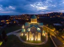 Nacht Luchtmening van Bagrati-Kathedraal in Kutaisi-centrum, Georgië Stock Foto