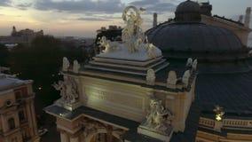Nacht luchtmening van Odessa Opera-huis in de Oekraïne stock video