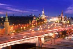 Nacht luchtpanorama aan de Brug van Bolshoy Moskvoretsky, torens van Moskou het Kremlin en Heilige Basil Cathedral stock foto
