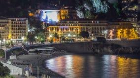 Nacht luchtpanorama van Nice timelapse, Frankrijk Aangestoken Oude Stads kleine straten en waterkant stock footage