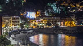 Nacht luchtpanorama van Nice timelapse, Frankrijk Aangestoken Oude Stads kleine straten en waterkant stock videobeelden