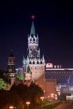 Nacht luchtpanorama van verlichte Spasskaya-Toren in Moskou stock foto