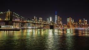 Nacht Manhattan en de Brug van Brooklyn Het beroemde bedrijfsdistrict van New York De stroom van de rivier prachtig stock video