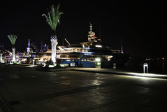 Nacht met luxejachten in Porto Montenegro Stock Fotografie