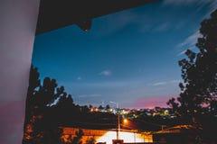 Nacht mit einigen Wolken und der Stadt stockfoto