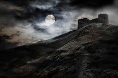 Nacht, Mond und dunkle Festung Stockfotografie
