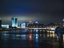 Nacht-Moskau-Architekturwolkenkratzer auf dem Fluss stockbilder