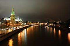 Nacht Moskou van de Moskva-rivier en de dijk Stock Foto's