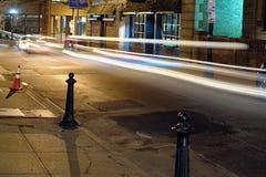 Nacht op bakenstraat met lichte slepen stock fotografie