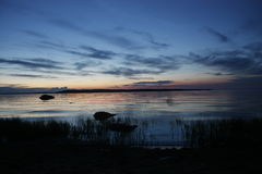 Nacht op de bank van het Meer van Ladoga Royalty-vrije Stock Afbeeldingen