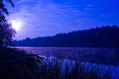 Nacht op rivier stock foto