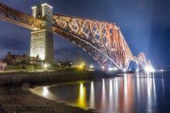 Nacht over de Firth Brug van de Weg stock fotografie