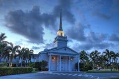 Nacht over de Napels Verenigde Kerk van Christus in Napels, Florida Royalty-vrije Stock Afbeeldingen