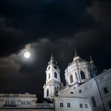 Nacht Prag lizenzfreie stockbilder