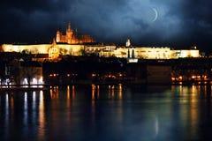 Nacht Prag lizenzfreie stockfotografie