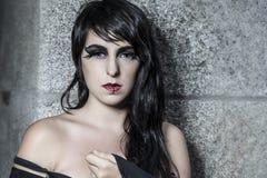 Nacht, recht junge Frau unter Herbstregen Lizenzfreies Stockfoto