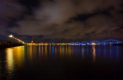 Nacht in Riga, Lettland lizenzfreie stockfotos