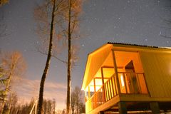 Nacht in Russisch dorp Royalty-vrije Stock Foto's