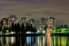 Nacht-scape Stadtansicht, Coquitlam, größerer Vancouver-Bereich, Kanada lizenzfreie stockfotos