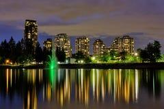 Nacht-scape Stadtansicht, Coquitlam, größerer Vancouver-Bereich, Kanada lizenzfreie stockbilder