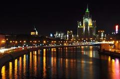Nacht scense van Moskvoretskaya dijk, Moskou Royalty-vrije Stock Afbeeldingen