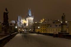 Nacht schneebedecktes buntes Prag Lesser Town mit gotischem Schloss, Sankt- Nikolaus` Kathedrale von Charles Bridge, Tschechische Lizenzfreie Stockfotos