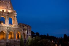 Nacht schoss vom colosseum in Rom Lizenzfreie Stockbilder
