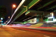 Nacht schoss von einer Straße nahe einer Überführung Lizenzfreie Stockfotografie