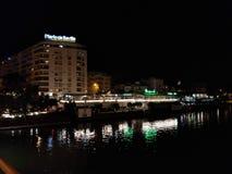 Nacht Sevilla entlang Seite der Fluss lizenzfreies stockbild